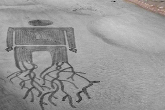 Plaża pełna mistycznych ornamentów. Kto je wykonał?