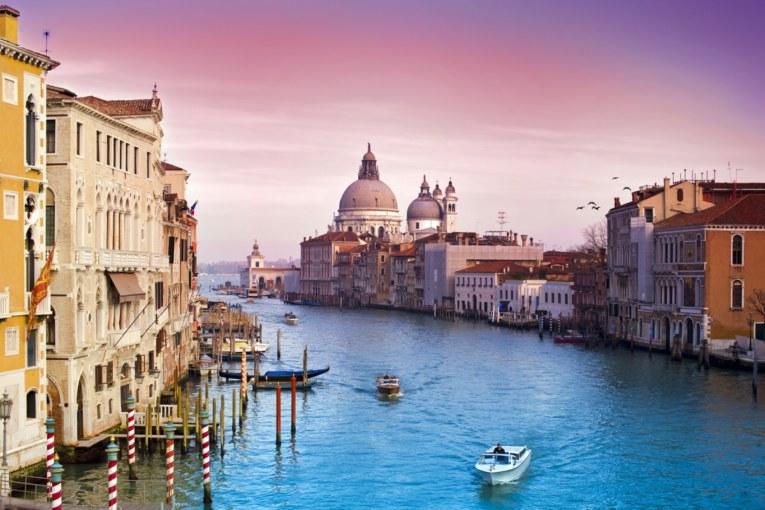 Wenecja. Kawa z wierzchu filiżanki, czekolada z dna