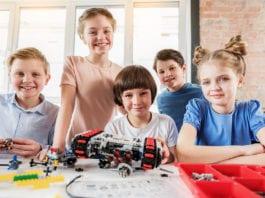 dzieci podczas wakacyjnego wyjazdu na obóz LEGO