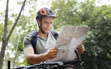 rowerzysta sprawdzający mapę tras w Polsce